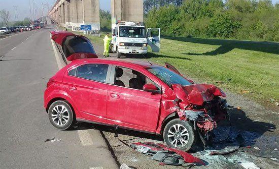 Destrozado. El auto de juez entrerriano quedó muy dañado y sus ocupantes con lesiones.