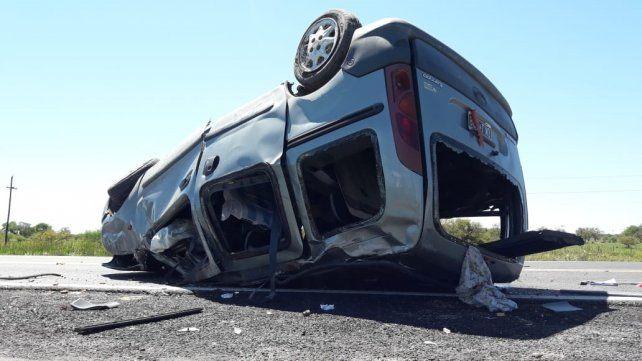 RESCATE. Bomberos cortaron el vehículo para sacar a las víctimas.