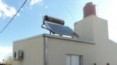 colocan termotanques solares a las viviendas que construye el gobierno