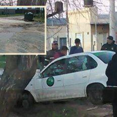 Hace un mes, un remis quedó atascado de trompa en el pozo. Aún hoy no hay soluciones para las familias que viven en inmediaciones de calle Bordón y Tibiletti.