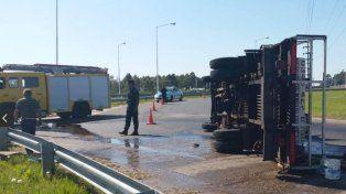 Por una falla mecánica volcó un camión de Bomberos