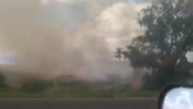 Piden precaución al circular por ruta 12, por quemas de pastizales sin control
