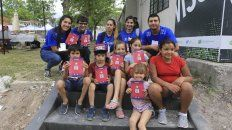 Los profesores del programa Educando en Movimiento del Instituto Becario junto a los chicos del barrio San Martín.