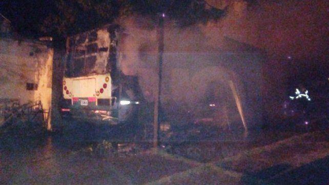 Tres vehículos fueron consumidos por un incendio en repartición provincial: sería intencional