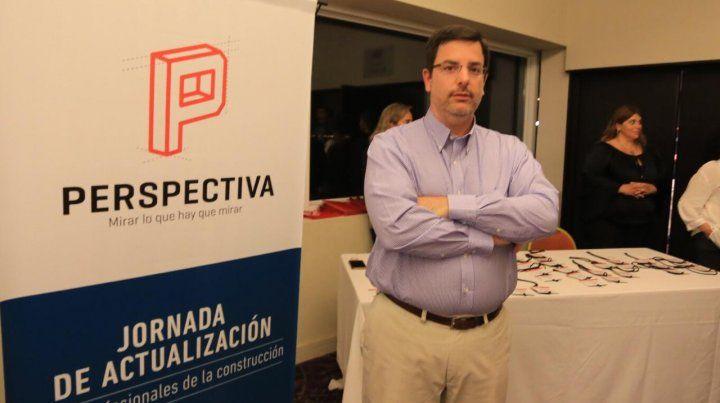 Pablo Lara antes de ingresar a la conferencia.