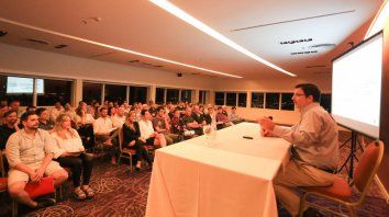 El economista llegó a Paraná invitado por la Familia Bercomat.