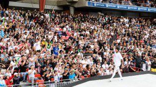 Nyjah saluda al público que llenó el estadio.