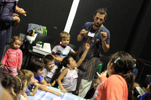 Juanma ofreciendo el taller de cocina para niños.