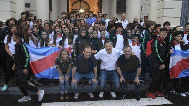 Apoyo. El gobernador Bordet y otras autoridades acompañaron la salida de los deportistas que se fueron a la Ciudad Feliz.