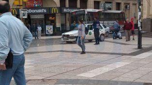 Un peligro: Remis realizó una mala maniobra y terminó sobre la peatonal San Martín