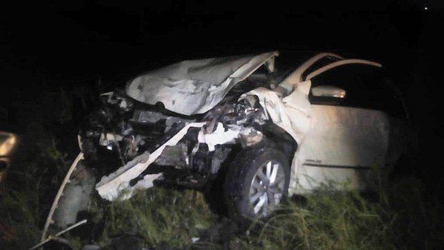 Violento choque frontal entre un auto y una camioneta dejó un herido de gravedad