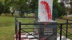 Suciedad. Arrojaron pintura para afear el monumento que homenajeó a Urquiza.