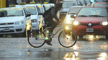 Un ciclista transitando la lluvia de primavera en Paraná. Archivo22/10/2018.