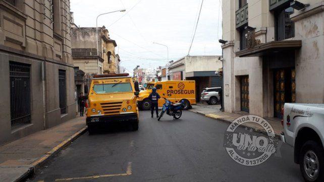Así cortaron calle Monte Caseros para que operen los camiones de caudales