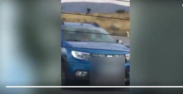 Tenían sexo en un auto en movimiento y los filmaron