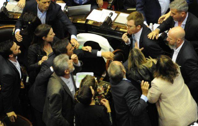 Vamos a pelear. Oficialistas y opositores se dijeron de todo en la sesión. Foto Clarín.