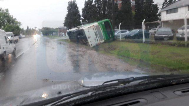En plena lluvia, volcó un colectivo en el Parque Industrial de Paraná
