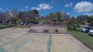 El parque este en el medio de un espacio público muy lindo.