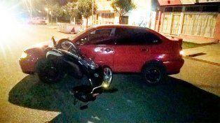 Un auto dobló en U y chocó a una moto: una joven fue llevada al hospital