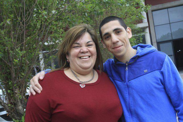 Unidos. Mónica disfruta del gran momento que está pasando su hijo. Una mamá incondicional que asiste a los chicos del barrio. Nico