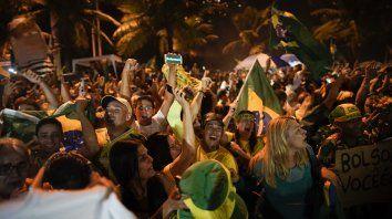 Contentos. Los seguidores del nuevo mandatario coparon las calles de las distintas ciudades brasileñas para celebrar.