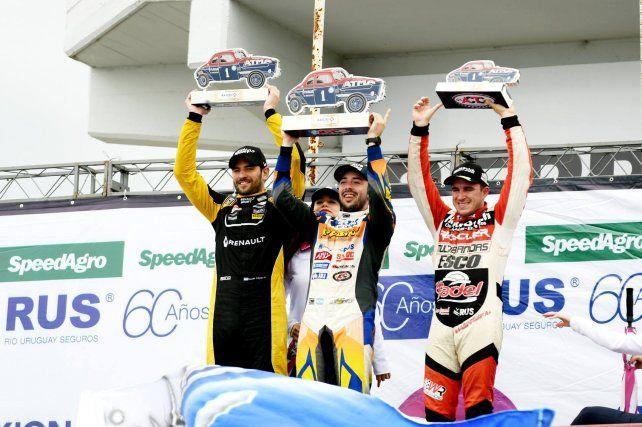En el podio. Los tres primeros clasificados en una carrera por la Copa de Oro de la presente temporada.