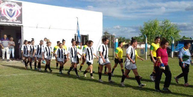 La salida. El equipo y la clásica salida a la cancha en la previa al arranque del partido.