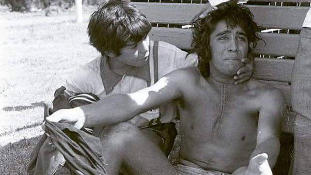 Diego Maradona consuela al jugador correntino que perdió la final contra Entre Ríos en 1973.