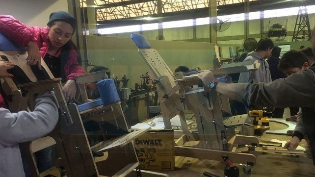 Alumnos solidarios construyen sillas posturales y las donan a instituciones