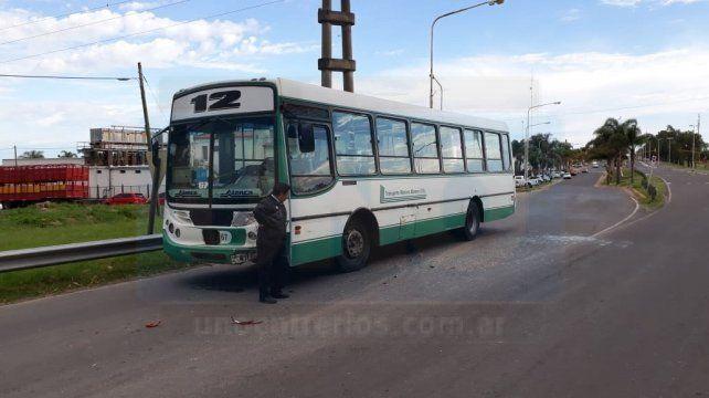 Accidente en la rotonda de Ruta 11: Colectivo urbano colisionó un automóvil