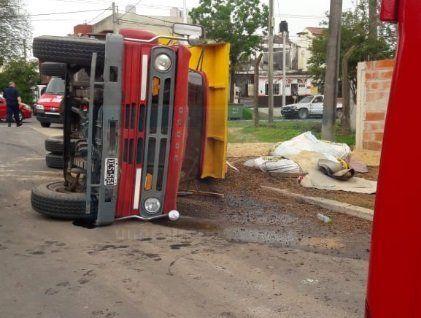 Se quedó sin frenos, volcó la carga y quedó atrapado en la cabina del camión