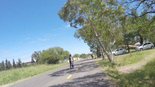 Rocío cruza la calle con su pequeño hijo.