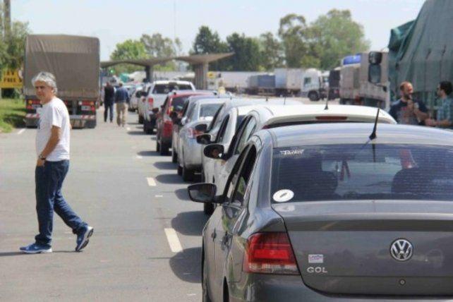 Uruguayos esperan para cruzar a Argentina en la frontera de Fray Bentos. Foto El País.