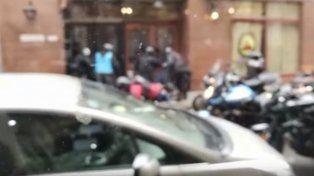 ¿Un miembro de la policía apedreó una vidriera durante la sesión por el presupuesto?