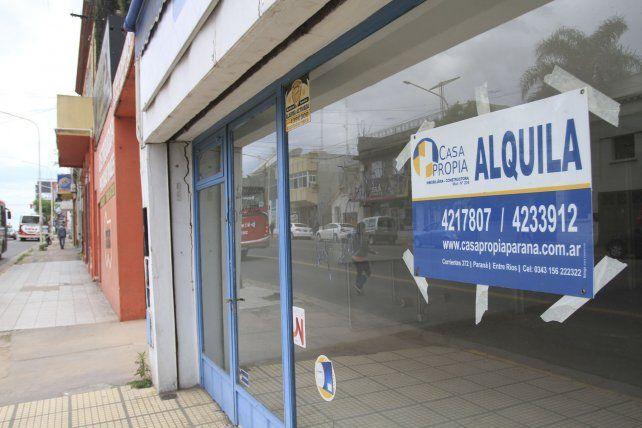 En calle Gualeguaychú se multiplican los comercios cerrados.