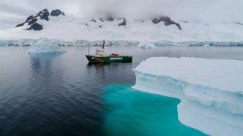 El barco de Greenpeace entre los hielos de la Antártida.