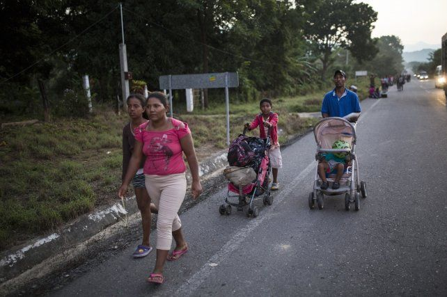 Una familia lucha para seguir el ritmo de la caravana de migrantes a EE.UU.