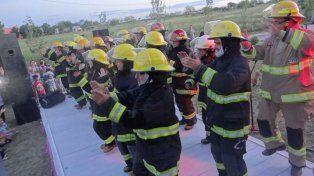 Corazón grande. Los bomberos de Nogoyá bailaron bastante bien.