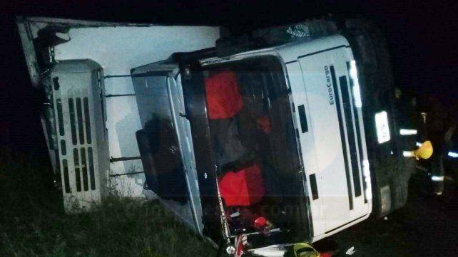Un camión volcó en Ruta N° 18 y su conductor fue hospitalizado
