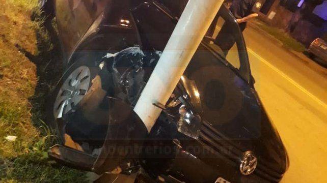 Un automóvil sin control chocó contra un poste de luz
