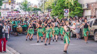 Las bailarinas abren el paso de La Conventillo.