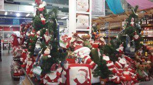 Precoces. En la capital entrerriana los grandes supermercados son los primeros que empiezan a exhibir productos vinculados a las Fiestas.