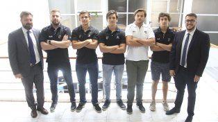 Van por más. Entrenadores y jugadores de la M19 Albinegra felices por el logro alcanzado.