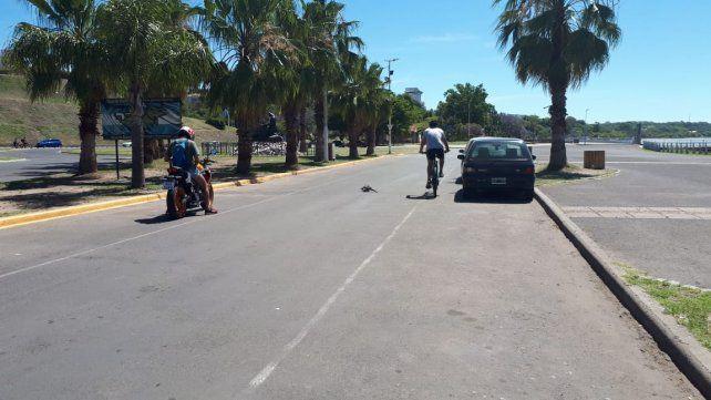 Entre la moto y el ciclista.