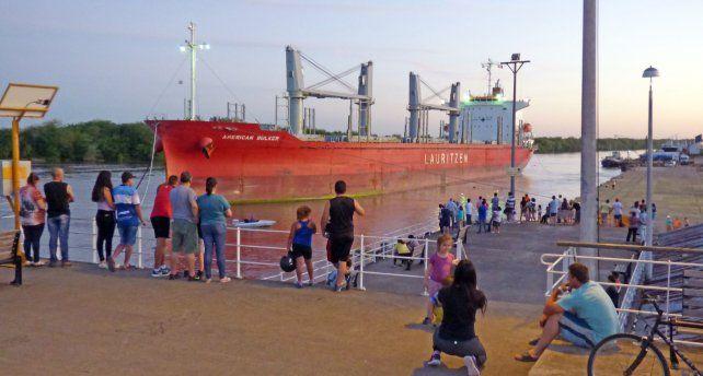 Ingreso. El American Bulker amarró ayer en los muelles del puerto de Concepción del Uruguay.