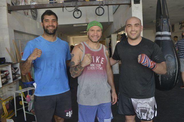 Listos. Jairo Suárez y Matías Difiori junto a Wenceslao Mansilla. Los dos primeros pelearán esta noche.
