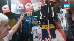 En la Feria de las Pulgas se venden camisetas y banderas