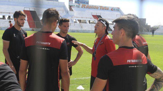 El entrenador se mostró muy activo en el ensayo de este viernes.