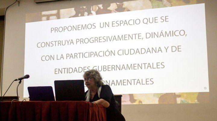 La arquitecta Laura Vásquez presentando el proyecto.