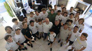 Gran año. Jugadores y entrenadores de la M17 del Verde celebraron en la Redacción de UNO.